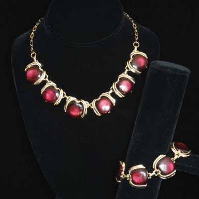 1960's Purple lucite necklace and bracelet set, unisgned